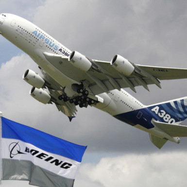 An Airbus A380 takes off for a flying display at the 47th Paris Air Show at Le Bourget airport near Paris, June 21, 2007.   REUTERS/Pascal Rossignol (FRANCE)